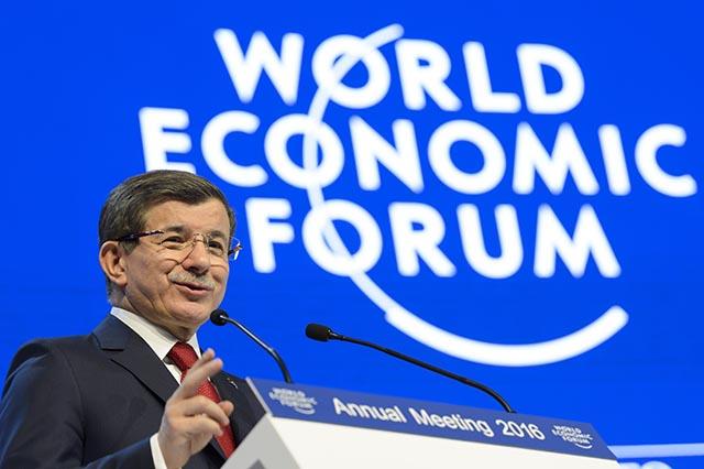 Turecký premiér Ahmet Davutoglu počas prejavu na panelovom zasadnutí Svetového ekonomického fóra vo švajčiarskom Davose