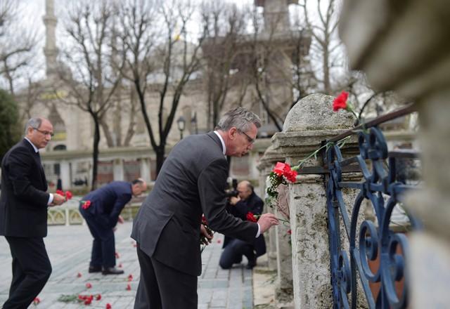 Na snímke nemecký minister vnútra Thomas de Maiziere kladie karafiáty na mieste explózie v historickej štvrti Sultanahmet, ktorá je vyhľadávaná turistami, v centre Istanbulu