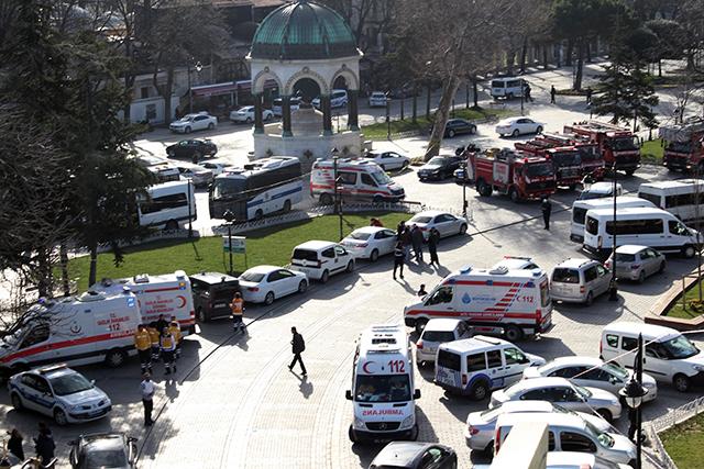 Sanitky a hasičské autá na mieste explózie v historickej časti na Námestí sultána Ahmeda v centre tureckého mesta Istanbul