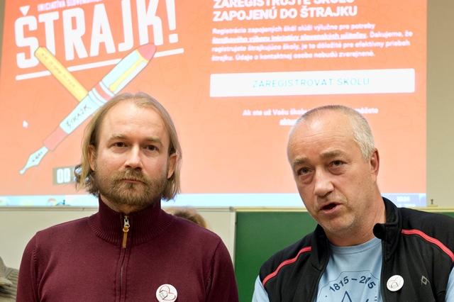 Na snímke vpravo učiteľ z Gymnázia Andreja Vrábla z Levíc Ľudovít Sebelédi a vľavo prezident Slovenskej komory učiteľov Vladimír Crmoman