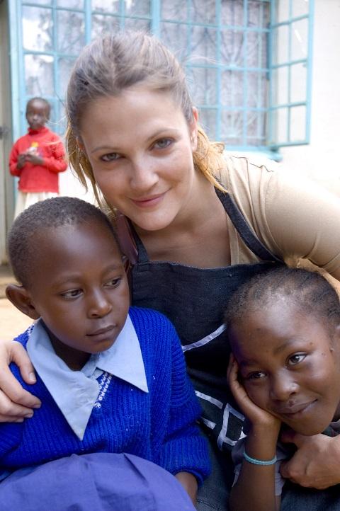 Na snímke americká herečka Drew Barrymoreová pózuje s HIV pozitívnymi deťmi 10. mája 2007 v keňskom Nairobi