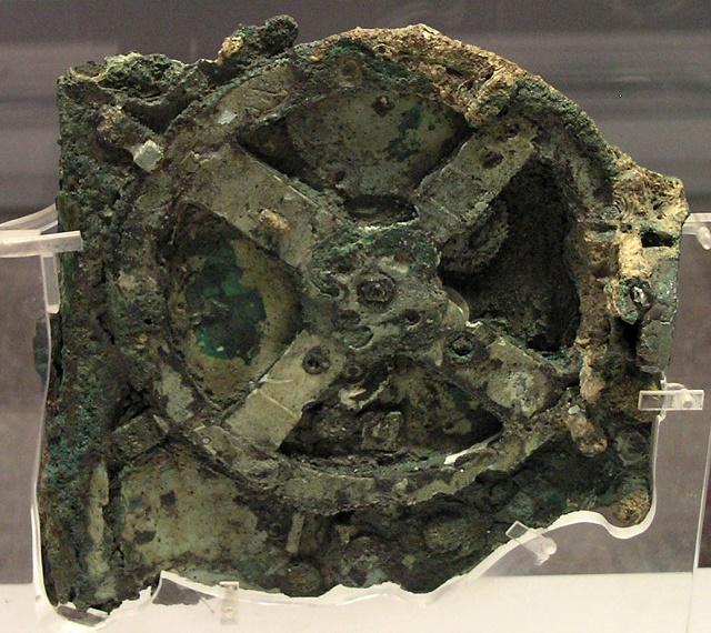 """Na snímke najväčšie ozubené koliesko zo starogréckeho počítacieho stroja """"Antikythéra"""""""