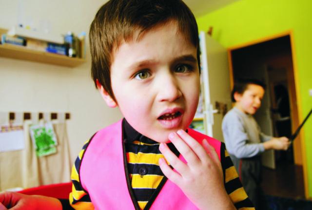 Na snímke autistické dieťa