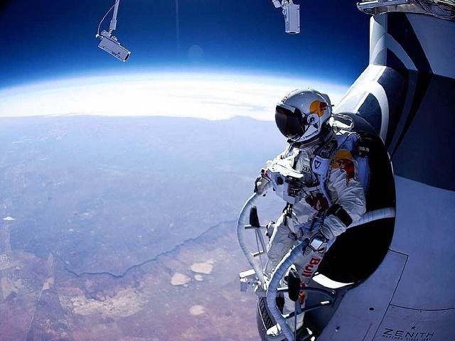 Na snímke Rakúšan Felix Baumgartner počas zoskoku zo stratosféry, ktorý sledoval celý svet