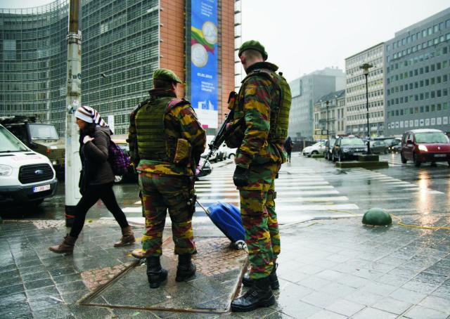 Belgickí policajti  hliadkujú v uliciach pred sídlom Európskej komisie