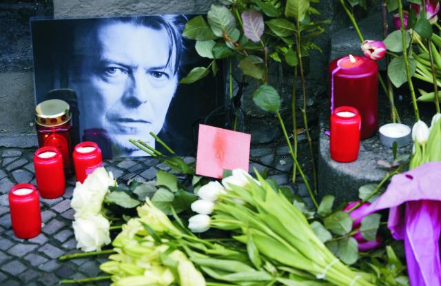 Osobnosti vzdali hold zosnulému britskému spevákovi Davidovi Bowiemu