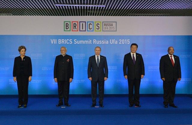 Na archívnej snímke zľava brazílska prezidentka Dilma Rousseffová, indický premiér Nárendra Módí, ruský prezident Vladimir Putin, čínsky prezident Si Ťin-pching, juhoafrický prezident Jacob Zuma počas summitu transformujúcich sa štátov zoskupenia BRICS