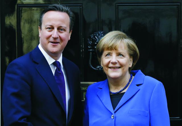 Na snímke Daviid Cameron (vľavo) a Angela Merkelová