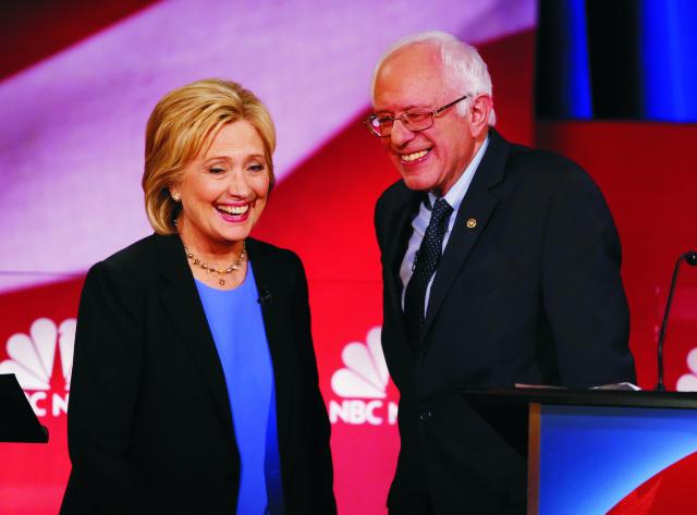 Na snímke Hillary Clintonová a Bernie Sanders