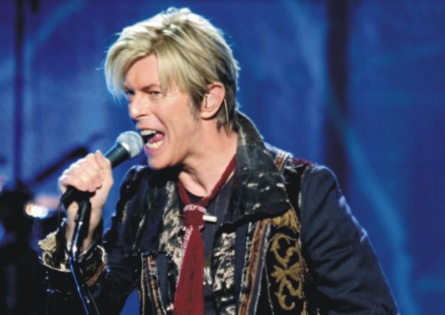 Na archívnej snímke gitarista, hráč na klávesy, skladateľ a herec David Bowie, vlastným menom David Robert Jones