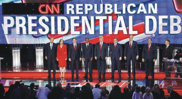 Republikánski prezidentskí kandidáti zľava John Kasich, Carly Fiorinová, Marco Rubio, Ben Carson, Donald Trump, Ted Cruz, Jeb Bush, Chris Christie a Rand Paul stoja na pódiu pred začiatkom televíznej debaty Republikánskej strany na CNN 15. decembra 2015 v Las Vegas