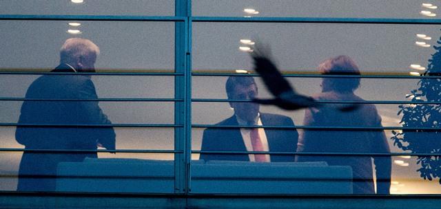Na snímke nemecký minister hospodárstva Sigmar Gabriel (uprostred), bavorský premiér Horst Seehofer (vľavo) a nemecká kancelárka Angela Merkelová stoja v kancelárii nemeckej kancelárky  v Berlíne