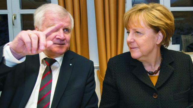 Na archívnej snímke vľavo Edmund Stoiber a Angela Merkelová