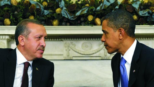 Na archívnej snímke americký prezident Barack Obama (vpravo) a turecký prezident Recept Tayyip Erdogan