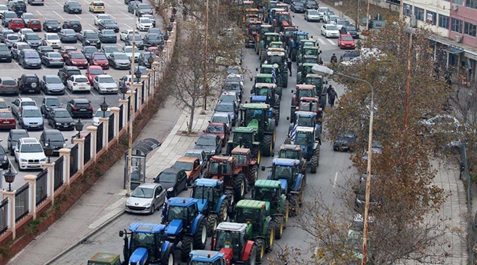 Farmári svojimi traktormi zablokovali hlavné dopravné ťahy.