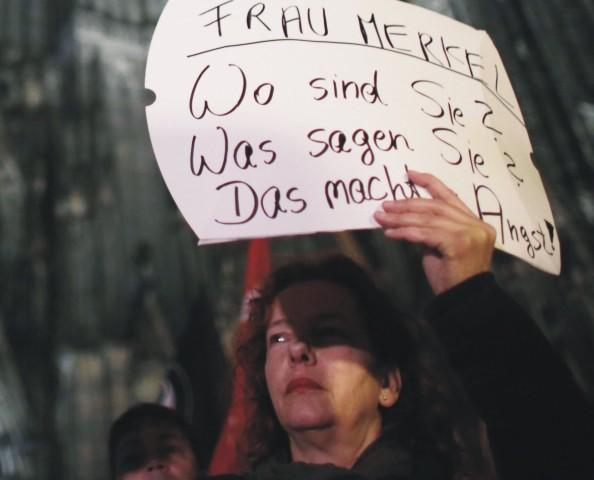 Na protest proti obťažovaniu žien počas silvestrovskej noci sa v utorok večer do ulíc vybralo niekoľko stoviek ľudí
