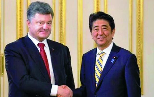 Na snímke vľavo Petro porošenko a japonský expert Masara Tanaka