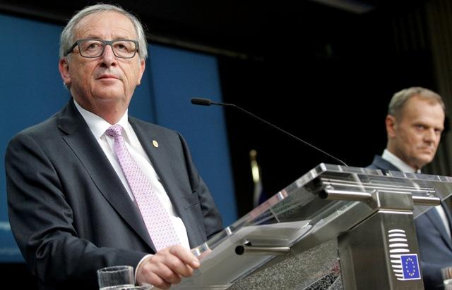 Na snímke predseda Európskej komisie Jean-Claude Juncker (vľavo) a predseda Európskej rady Donald Tusk