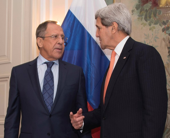 Na snímke vľavo ruský minister zahraničných vecí Sergej Lavrov a vpravo americký minister zahraničných vecí John Kerry