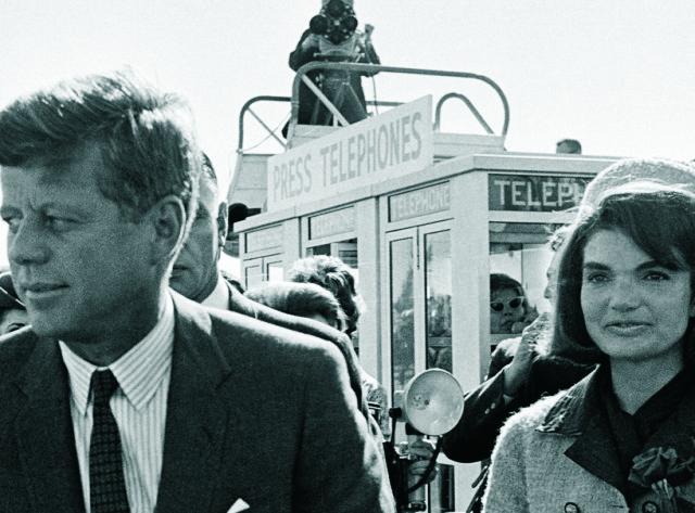 Na archívnej snímke z 22. novembra 1963 americký prezident John F. Kennedy a jeho manželka Jacqueline Kennedyová po príchode na letisko v Dallase