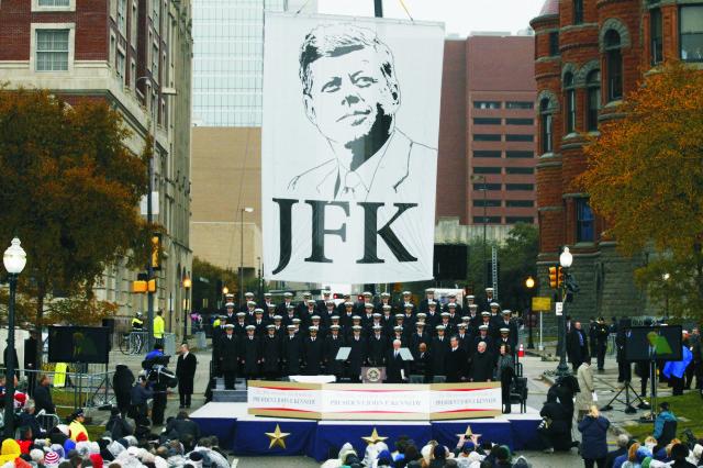 Na archívnej snímke armádny hudobný zbor Glee Club sprieva pri príležitosti výročia smrti Johna F. Kennedyho  v Dallase