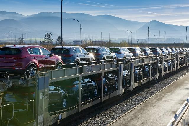 Novovyrobené autá značky Kia pripravené na vývoz