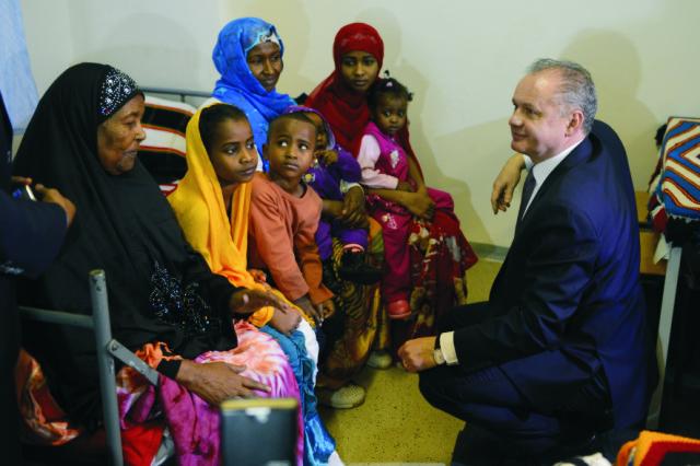 Prezident Andrej Kiska navštívil záchytný tábor v Humennom 11. januára 2016. Na snímke prezident SR Andrej Kiska (vpravo) v rozhovore s rodinou zo Somálska