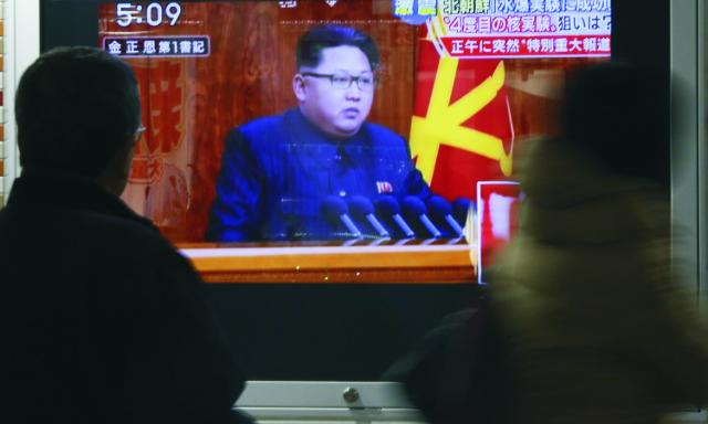 Na archívnej snímke na televíznej obrazovke reční severokórejský líder Kim Čong-Un  v rámci potvrdenia tamojšieho nedávného jadrového testu vyhlásila, že bude pokračovať v rozvíjaní svojho jadrového programu, aby sa chránila pred nepriateľskou politikou zo strany Spojených štátov