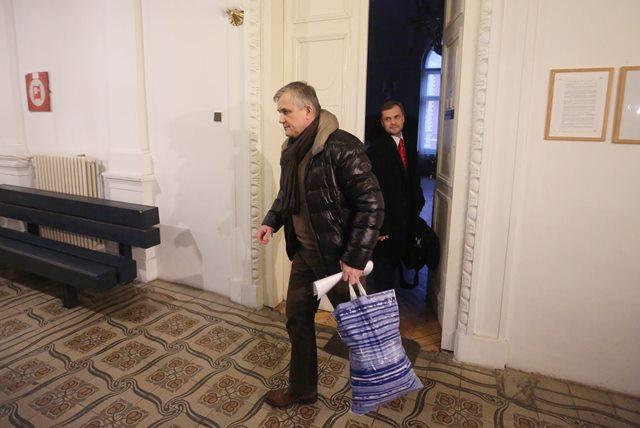 Na snímke skalický urológ Jozef M. obvinený z korupcie odchádza zo súdneho pojednávania na Špecializovanom trestnom súde (ŠTS) v Banskej Bystrici
