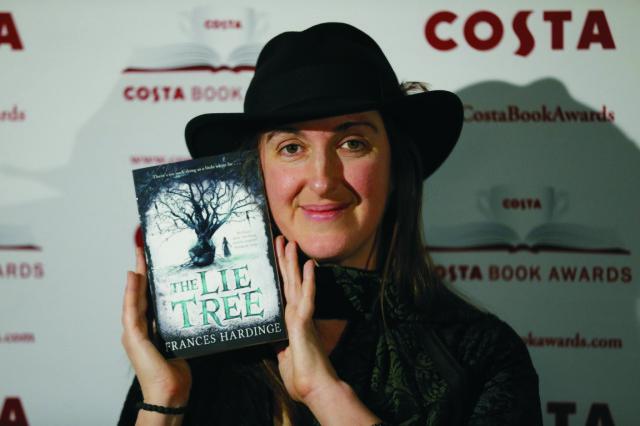 Frances Hardingeová získala prestížnu britskú literárnu cenu Costa Kniha roka za príbeh z viktoriánskej éry určený detským čitateľom The Lie Tree (Strom klamstiev)