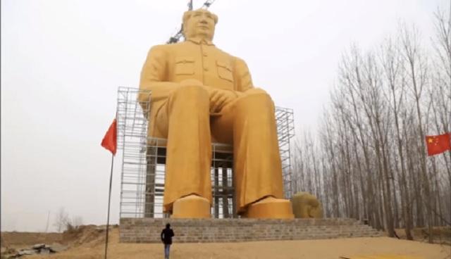 Nová socha Mao ce-Tunga má 36 metrov. Je z betónu a ocele a dekorovaná zlatom