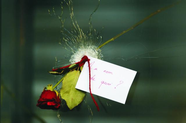 Na archívnej snímke spomienková ruža po útoku na bistro s odkazom
