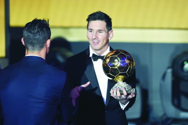 Argentínsky futbalista Lionel Messi (vpravo) si podáva ruku s Portugalčanom Cristianom Ronaldom po tom, ako získal ocenenie Zlatá lopta FIFA pre futbalistu roka 2015 počas slávnostného galavečera ocenení Zlatá lopta FIFA