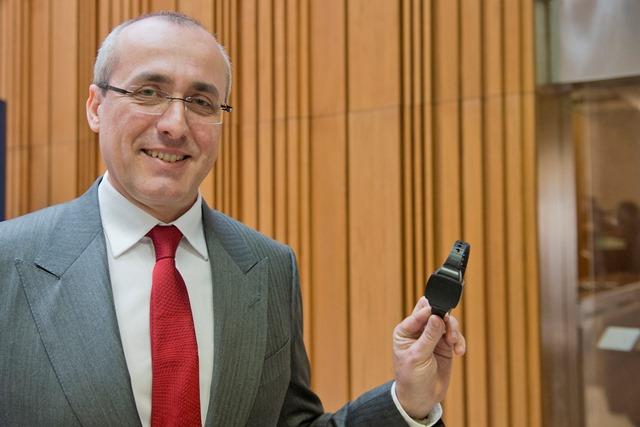 Na snímke minister spravodlivosti SR Tomáš Borec ukazuje monitorovací náramok pre odsúdených