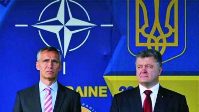 Na snímke vľavo generálny tajomník NATO Jens Stoltenberg a ukrajinský prezident Petro Porošenko