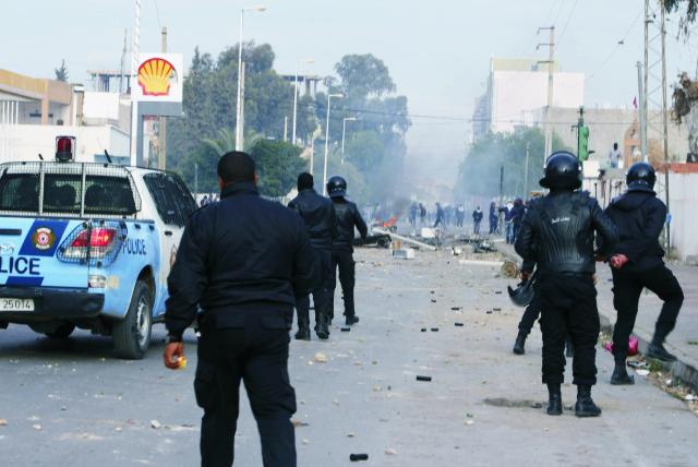 Na archívnej snímke z 20. januára tuniskí policajti zasahujú počas zrážok s demonštrantmi v tuniskom meste Kasrajn