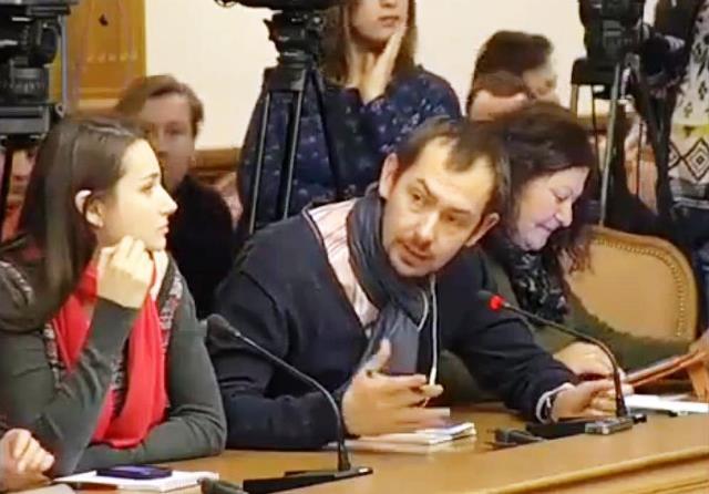 Na snímke z videa ukrajinský novinár Roman Cymbaľuk