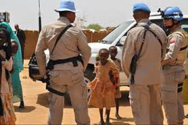 Na snímke africké deti a vojaci mierových zložiek OSN