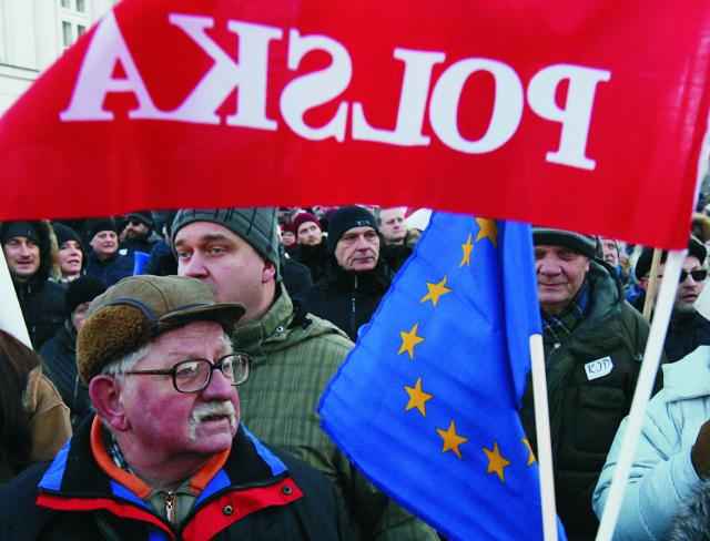 Stúpenci Výboru na obranu demokracie protestujú proti vláde vo Varšave 23. januára 2016. Desaťtisíce Poliakov vyšli dnes do ulíc v metropole Varšava a ďalších 35 miest protestovať proti politike novej konzervatívnej vlády, ktorú označujú za antidemokratickú