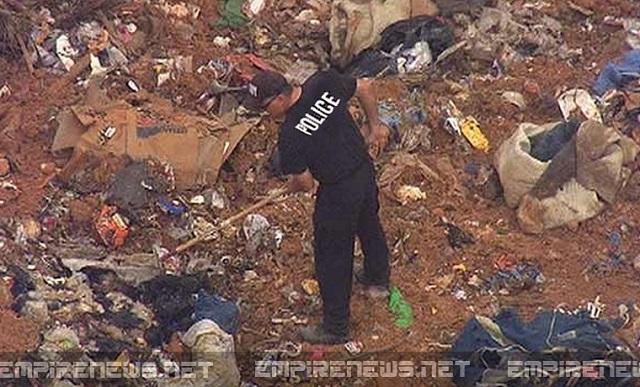 Policajt prehľadáva smetisko v Arizone po tom, čo v ňom objavili telá potratených detí. Dokopy ich bolo nájdených vyše 300