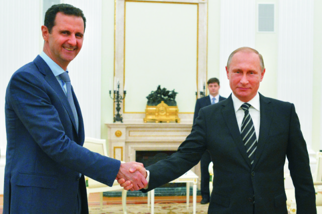 Na archívnej snímke sýrsky prezident Bašár Asad (vľavo) a ruský prezident Vladimir Putin