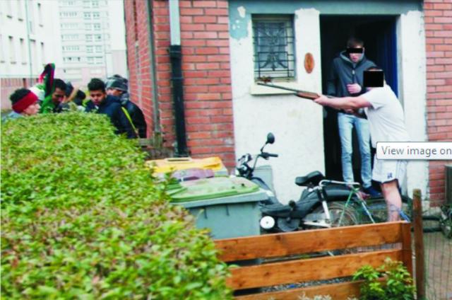 Domáci obyvatelia prejavovali nespokojnosť voči uskutočnenej demonštrácií a  došlo aj k incidentu, keď jeden z domácich obyvateľov vytiahol pušku na demonštrantov idúcich okolo jeho domu
