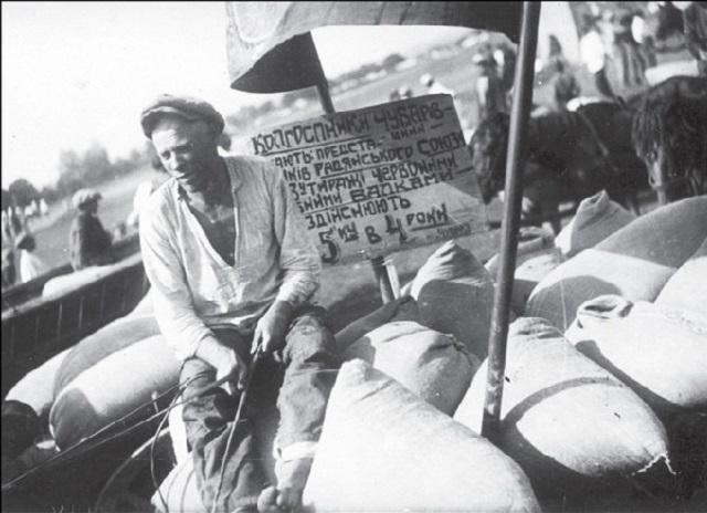 Roľníci počas dodávky obilia štátnej pôžičky v štvrtom roku päťročnice. Čubarovka, Dnepropetrovská oblasť, rok 1932