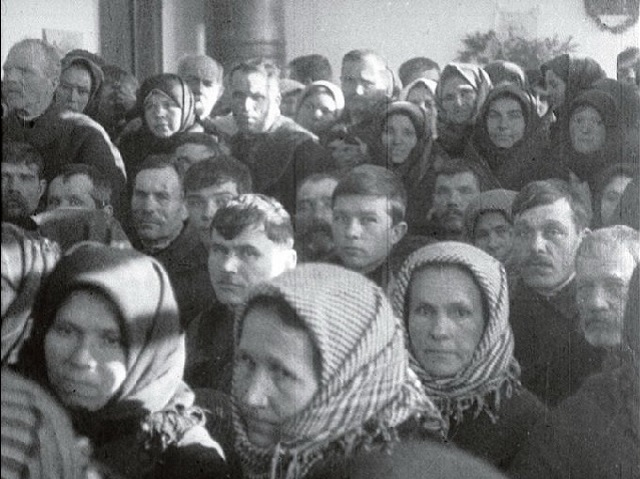 Roľníci v súdnej sieni. Prebieha súd nad bývalými členmi Jakušineckej roľníckej rady, ktorí sa dopustili deformácie politiky strany v otázkach kolektivizácie. Vinická oblasť. Rok 1931