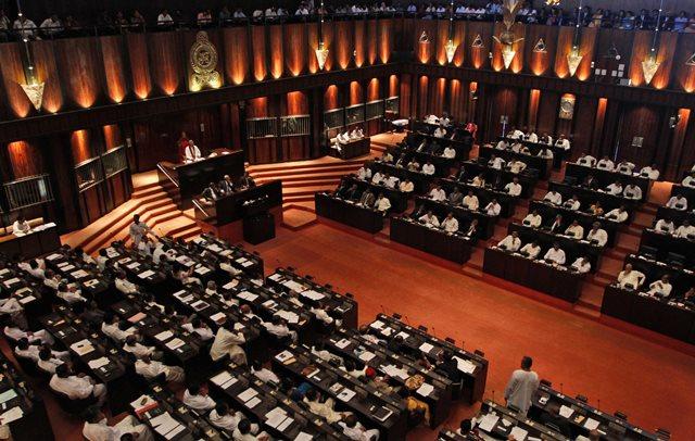 Na snímke poslanci srílandského parlamentu