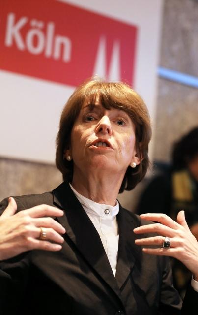 Na snímke starostka Kolína Henriette Rekerová počas tlačovej konferencie vysvetľuje, čo majú ženy do budúcna robiť, aby sa ubránili pred znásilnením