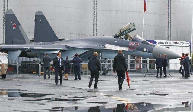 Na snímke ruská viacúčelová bojová stíhačka Suchoj Su-35