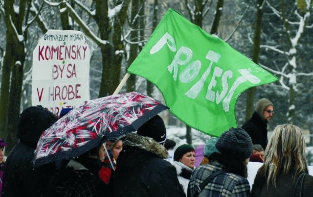 Na archívnej snímke štrajkujúci učitelia