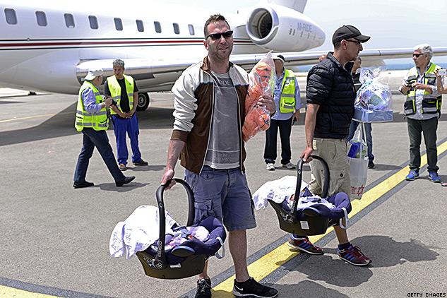 Ilustračné foto: Na snímke izraelský homosexuálny pár s dvoma novorodencami po pristátí vládneho špeciálu, v ktorom bolo celkovo 63 detí z Nepálu.