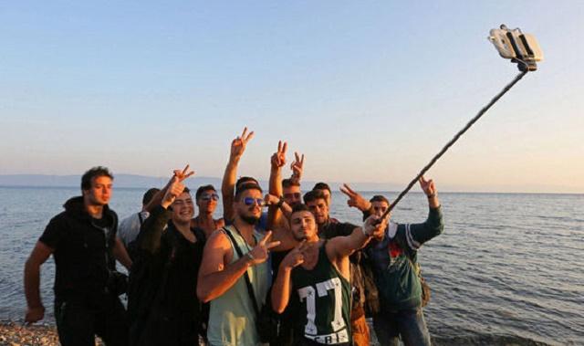"""Na snímke pravdepodobne ekonomickí migranti, konkrétne """"sýrski utečenci"""", ktorí si robia selfie po úspešnej plavbe po mori"""